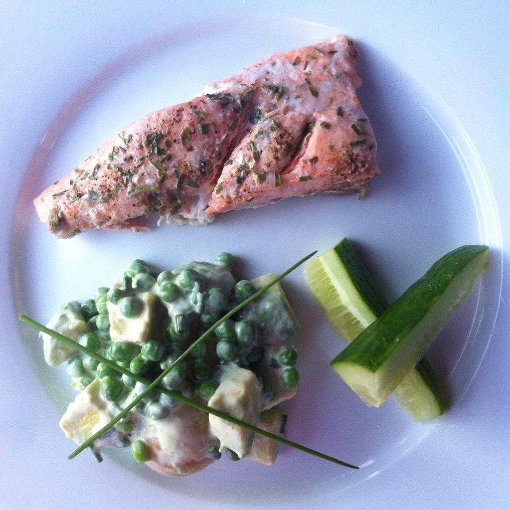Springtime salad (salmon, new potato & peas)