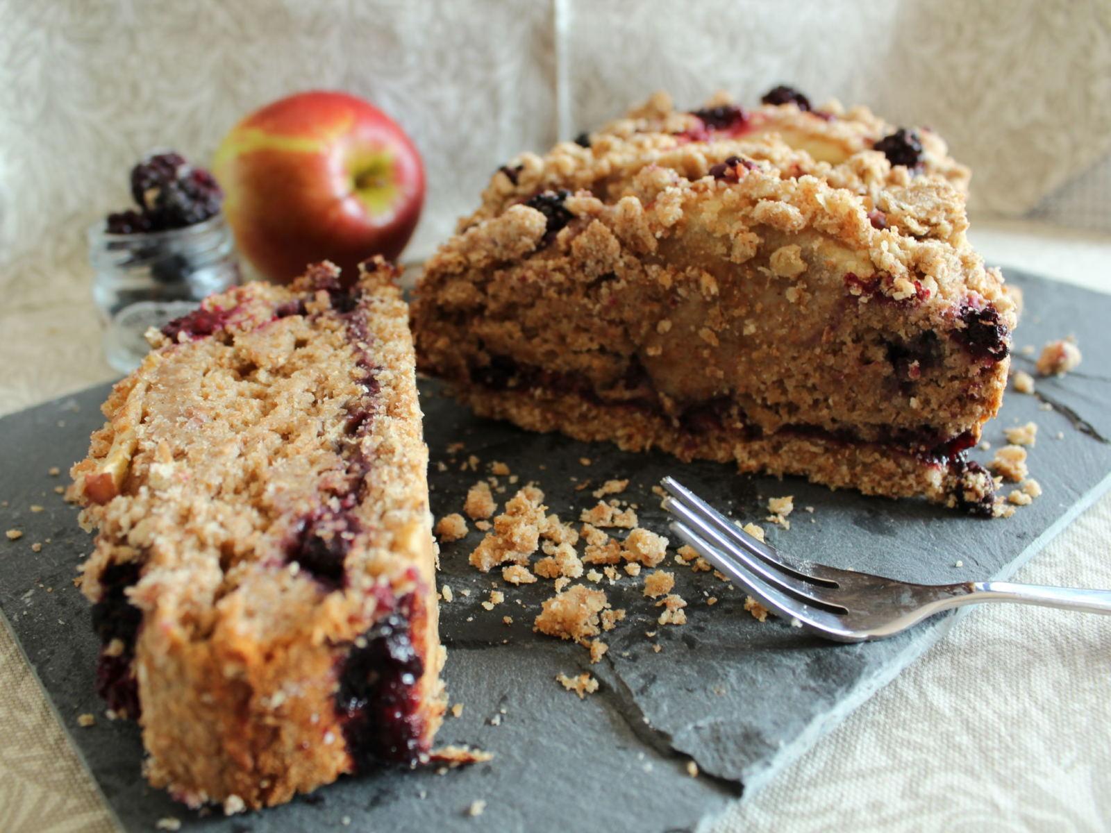 Vegan apple & Blackberry crumble cake